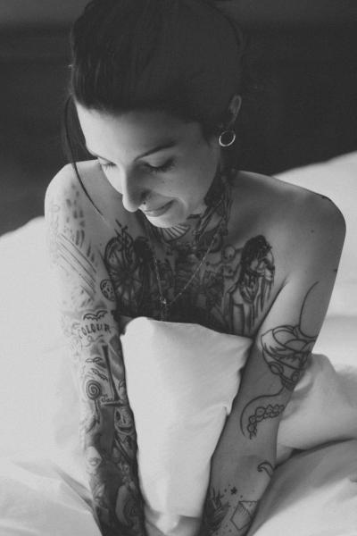 Tattoo_Frau_im_Bett